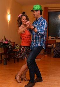 Beziehungsspiel Anja Martina und Axel beim Tanz